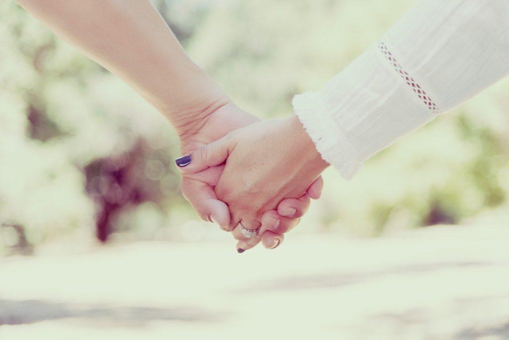 due mani femminili che si stringono