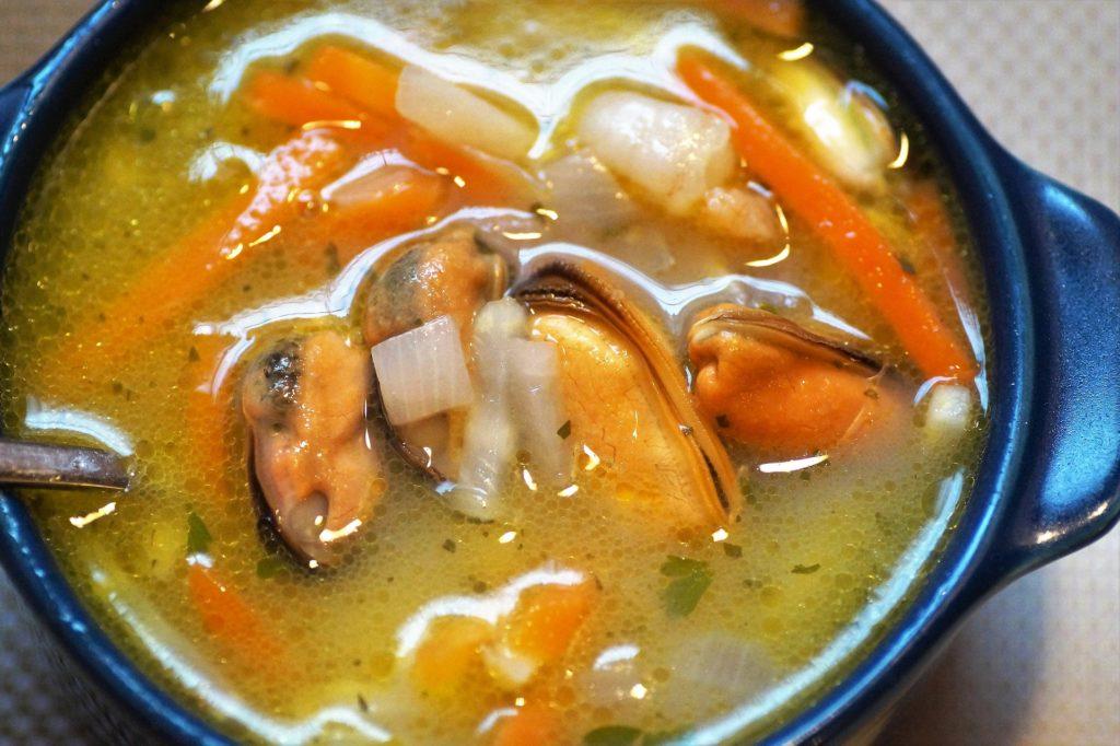 zuppa di pesce pronta per essere servita