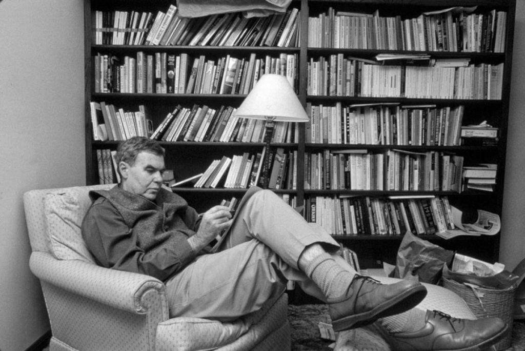 raymond carver nel suo studio, circondato da libri