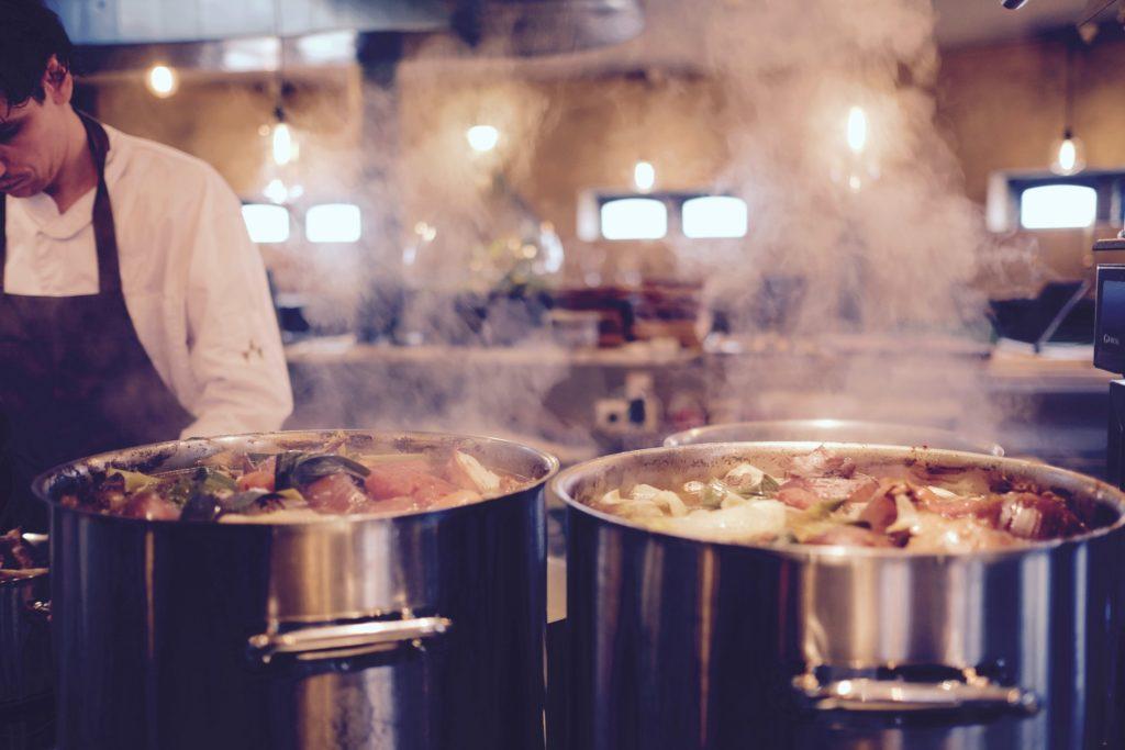 uno chef prepara la zuppa di pesce
